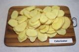 Шаг 5. Картофель очистить и нарезать тонкими пластинками.