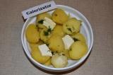 Шаг 5. К картофелю добавить сливочное масло и чесночный соус. Перемешать.