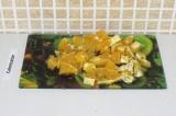 Шаг 3. Очистить апельсин и порезать его на мелкие кусочки.