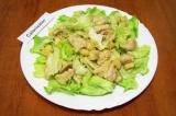 Шаг 10. На тарелку с листьями выложить салат, посыпать сверху крутонами и сыром.