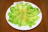 Шаг 7. Вымыть и обсушить салат, отделить листья. Часть листьев выложить на тарел
