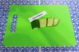 Шаг 4. Огурец порезать на ломтики и выложить сверху салата.