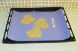 Шаг 7. Переложить коврик на противень и поставить в духовку при 150 градусов на