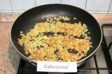 Шаг 3. Обжарить лук до золотистого цвета на масле.