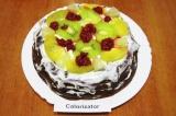 Шаг 9. А затем выкладывать на сметанный крем фрукты и малину.