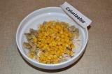 Шаг 3. К ингредиентам добавить кукурузу.