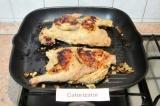 Шаг 3. Обжарить промаринованных цыплят на решетке или на сковороде гриль с двух