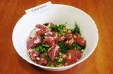 Шаг 3. Выложить в миску лук, зелень и мясо. Посолить, добавить перец и перемешат