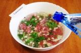 Шаг 4. Залить мясо минеральной водой и поставить мариноваться на один час.