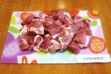 Шаг 1. Хорошо помыть и обсушить мясо. Нарезать его крупными кусочками.