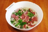 Шаг 2. Залить мясо маринадом на минеральной воде и поставить мариноваться на оди
