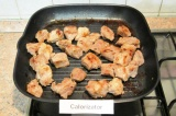 Шаг 3. Готовое мясо обжарить на сковороде гриль или на углях до готовности.