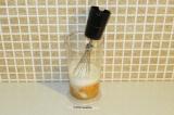 Шаг 4. Взбить яйца с кокосовым молоком, лимонным соком и стевией.