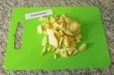 Шаг 2. Очистить яблоко от сердцевины и косточек.
