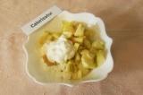 Шаг 3. Добавить нарезанное яблоко и сметану. Перемешать до растворения меда.