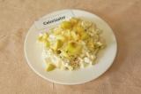 Готовое блюдо: творог с медом и яблоком