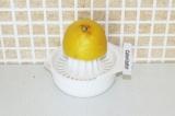 Шаг 1. Выжать сок из лимона.