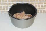 Шаг 7. Переложить замаринованное мясо в чашу мультиварки и поставить режим выпеч