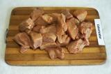Шаг 2. Мясо вымыть, высушить, порезать на куски.