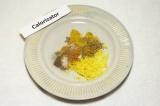 Шаг 4. Смешать приправы с цедрой и солью.
