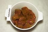 Шаг 5. Мясо натереть приправой, засыпать луком, помять руками и полить лимонным