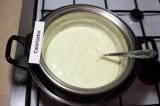 Шаг 7. На водяной бане проварить творожную массу, 30 минут непрерывно помешивая.