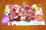 Шаг 1. Помыть и обсушить мясо. Нарезать крупными кусочками.