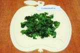 Шаг 4. Зелень петрушки помыть и обсушить. Крупно нарезать.