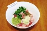 Шаг 5. В большую миску сложить мясо, лук, киви, зелень, всыпать перец и соль.