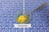 Шаг 1. Натереть цедру лимона, выдавить сок из 1/2 лимона, добавить мед. Все пере