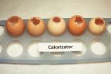 Шаг 2. В яйцах сделать небольшое отверстие, через него вылить содержимое. Понадо