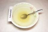 Шаг 4. В стакане холодного бульона растворить желатин, оставить на час, затем на