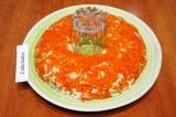 Шаг 9. Следующий слой – морковь, посолить и поперчить.
