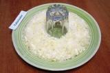 Шаг 7. Поставить стакан в центр блюда. Вокруг стакана выкладывать салат слоями