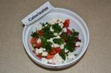 Шаг 5. Петрушку измельчить и добавить в салат, заправить оливковым маслом