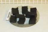 Шаг 9. Достать суфле-слой и разрезать его на порционные кусочки.
