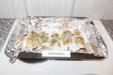 Шаг 7. Достать куриное филе из духовки и полить кефиром, который остался в тарел