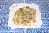 Шаг 8. Выложить куриное филе на тарелку и украсить зеленью перед подачей.