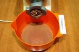 Шаг 1. Хорошо промыть печень, очистить лук и нарезать кусочками. Печень с луком