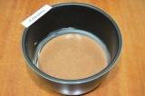 Шаг 4. Чашу мультиварки смазать мягким сливочным маслом. Выложить полученную мас