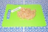 Шаг 1. Нарезать куриное филе очень мелко. Выложить в тарелку.