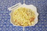 Шаг 2. Нарезать сыр и лук кубиками, добавить к курице.
