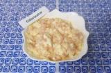 Шаг 5. Вылить кефирную смесь в тарелку с курицей, сыром и луком. Перемешать.