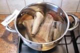 Шаг 1. Рыбу помыть, залить холодной водой, довести до кипения. Снять пену.