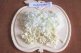 Шаг 3. Мелко нарезать лук и оставшийся чеснок.