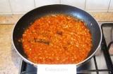 Шаг 6. Добавить помидоры, потушить под крышкой до загустения, заправить паприкой