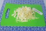 Шаг 4. Нарезать капусту, выложить в сковородку. Тушить в течение 5 минут под кры