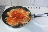 Шаг 5. Добавить в сковородку с овощами соленые томаты. Тушить в течение 5 минут