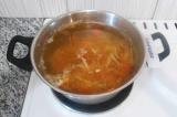 Шаг 6. Выложить зажарку в суп и варить в течение 5 минут.