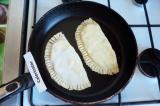 Шаг 12. Жарить на сухой сковороде, выложить на блюдо и смазать сливочным маслом.